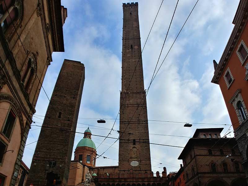 torre-asinelli-bologna-alzati-e-viaggia