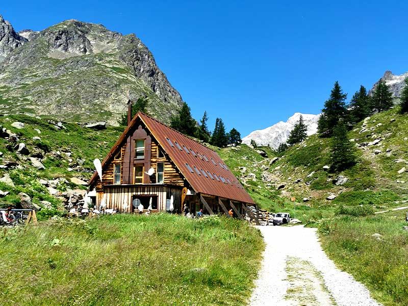 rifugio-combal-miage-trekking-alzati-e-viaggia